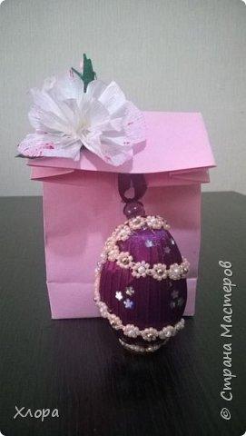 Попали ко мне как-то полуфабрикаты бисерных украшений- цепочки, листочки. Вот так я их использовала для декора яиц. Все в подарок родным.