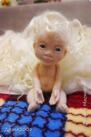 Получила из Карачаево-Черкесии посылку с козьими локонами и захотелось свалять ангелочка. Вот такой получился мальчуган. фото 1