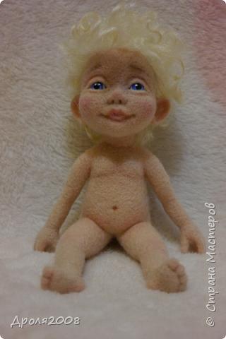 Получила из Карачаево-Черкесии посылку с козьими локонами и захотелось свалять ангелочка. Вот такой получился мальчуган. фото 2