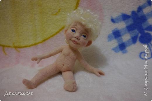 Получила из Карачаево-Черкесии посылку с козьими локонами и захотелось свалять ангелочка. Вот такой получился мальчуган. фото 5