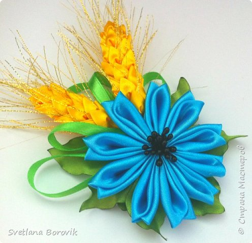 Бутоньерка брошь цветок с колосками канзаши из атласных лент в украинском стиле