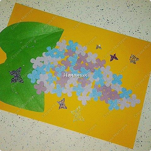 Добрый день! Алиночка сделала такую аппликацию. Так как подходящего дырокола у нас не было, то мы распечатали цветочки нужного размера в нужном кол-ве.  А еще мы распечатали фон нужного цвета,  а на нем уже печатали цветочки) Вырезали вместе, цветочков много. Дальше Алиночка клеила на карандаш. В ход пошли наклейки-бабочки)