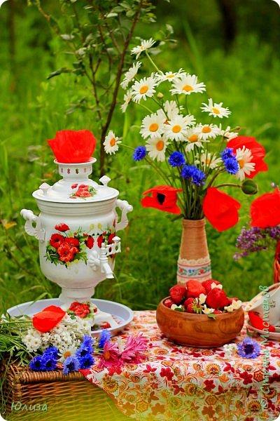 Поздравляю всех с ЛЕТОМ!!!!  Согрето солнышком земля.  Встречайте! На пороге Лето!  Я целый год ждала тебя,  А ты пришло ко мне с букетом!   Мои любимые цветы!  На стол поставлю я ромашки.  Давай заварим самовар  И разольем чаек по чашкам!   Скажи, от куда ты пришло?  В каких краях зимой гостило?  Сегодня счастье принесло!  Тоскливо без тебя мне было…   Был дружелюбный разговор,  Весь день вели беседу с Летом  Я рассказала о былом,  Ему поведала секреты…   Светило солнышко с небес  Моя душа теплом согрета.  Желаю радости вам всем!  И пусть счастливым будет лето! Юля Вегера фото 2