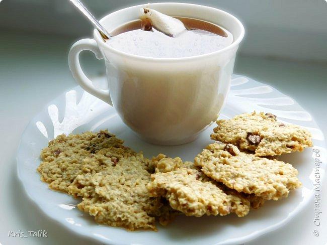 Очень вкусное диетическое печенье, специально для тех кто сидит на диете, но иногда хочется чего- нибудь вкусненького  нам понадобиться:  • 2 стакана овсяных хлопьев • 100 грамм сливочного масла • 2 яйца • 2 ст. л. муки • 1 ст. л. сахара (по желанию) • около 50 грамм грецких орехов вместо орехов можно использовать сухофрукты, шоколад, ягоды, всё что ваша душа пожелает) фото 1