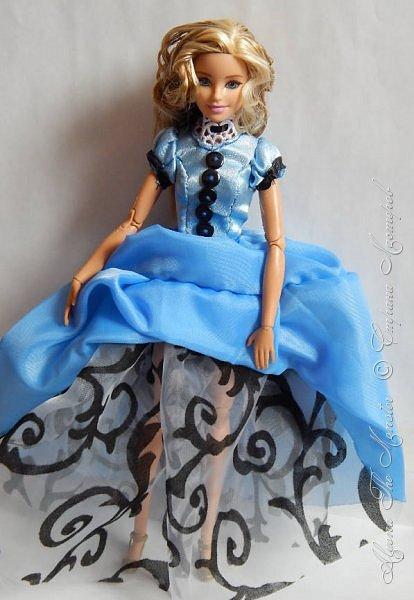 """Приветствую всех жителей Страны Мастеров!  Недавно я сходила на фильм """"Алиса в Зазеркалье"""", который, к сожалению, не особенно меня впечатлил. Но я вспомнила о первой части, которая мне ОЧЕНЬ нравится, и сшила платье в стиле Страны Чудес, сделала косплей на Алису. Я в восторге от костюмов, созданных Колин Этвуд)) *** Сразу извиняюсь за качество фото, которое СМ безжалостно съела. Для просмотра более качественных фото приглашаю в мою группу ВК, ссылка в конце записи)) *** Любая дорога начинается с первого шага. Банально, но верно. Даже здесь это работает. фото 9"""