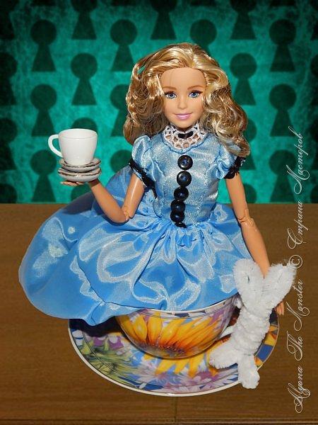 """Приветствую всех жителей Страны Мастеров!  Недавно я сходила на фильм """"Алиса в Зазеркалье"""", который, к сожалению, не особенно меня впечатлил. Но я вспомнила о первой части, которая мне ОЧЕНЬ нравится, и сшила платье в стиле Страны Чудес, сделала косплей на Алису. Я в восторге от костюмов, созданных Колин Этвуд)) *** Сразу извиняюсь за качество фото, которое СМ безжалостно съела. Для просмотра более качественных фото приглашаю в мою группу ВК, ссылка в конце записи)) *** Любая дорога начинается с первого шага. Банально, но верно. Даже здесь это работает. фото 2"""