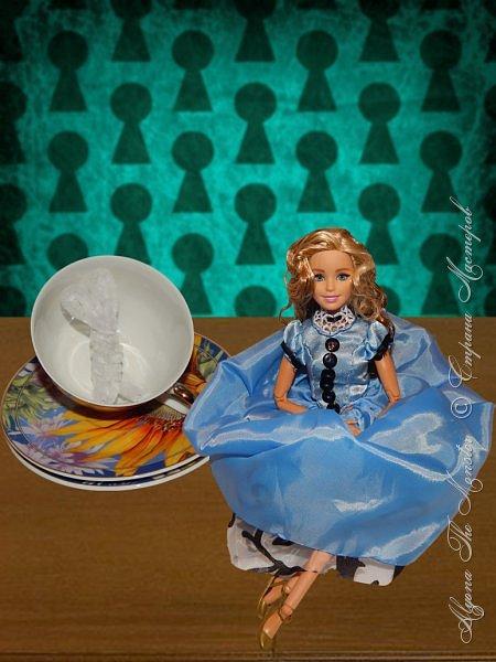 """Приветствую всех жителей Страны Мастеров!  Недавно я сходила на фильм """"Алиса в Зазеркалье"""", который, к сожалению, не особенно меня впечатлил. Но я вспомнила о первой части, которая мне ОЧЕНЬ нравится, и сшила платье в стиле Страны Чудес, сделала косплей на Алису. Я в восторге от костюмов, созданных Колин Этвуд)) *** Сразу извиняюсь за качество фото, которое СМ безжалостно съела. Для просмотра более качественных фото приглашаю в мою группу ВК, ссылка в конце записи)) *** Любая дорога начинается с первого шага. Банально, но верно. Даже здесь это работает. фото 6"""
