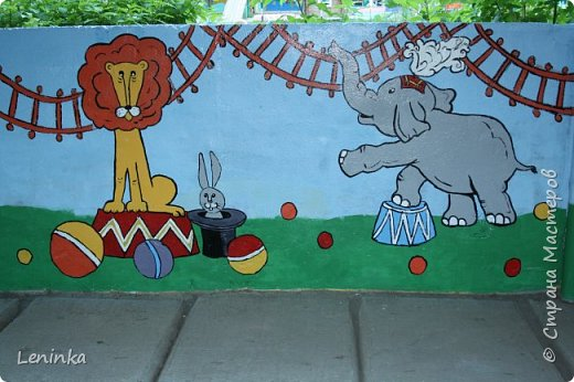 Добрый день всем! У нас в детском саду очень давно уже не обновляли веранду. Фото старой веранды у меня на страничке есть(http://stranamasterov.ru/node/1025466) Вот что у меня получилось за два выходных дня. Картинки я перерисовала с разукрасок для детей 5-7 лет. Использовала акриловые краски и сверху покрыла лаком. фото 13