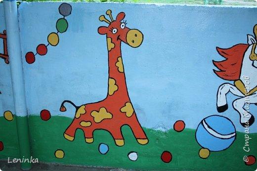 Добрый день всем! У нас в детском саду очень давно уже не обновляли веранду. Фото старой веранды у меня на страничке есть(http://stranamasterov.ru/node/1025466) Вот что у меня получилось за два выходных дня. Картинки я перерисовала с разукрасок для детей 5-7 лет. Использовала акриловые краски и сверху покрыла лаком. фото 9