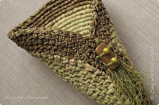 Кашпо сплетено безниточным способом из окрашенного талаша (листа кукурузного початка) и сосновой иглы. Отделка - рафия. Высота кашпо 25 см., верхний диаметр приблизительно 10 см. фото 2