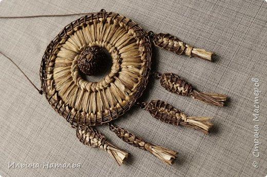 Основа кулона сплетена из листа лилейника - именно поэтому он получился очень легким и теплым, как подсушенная солнцем трава.... С внешних краев кулон оформлен сосновой иглой, внутренняя вставка - плетеная полубусина из сосновой иглы. Кулон звучит - тот, кто в детстве делал трещотки из пастушьей сумки, прямо сейчас сможет представить, как...В общем, получился наполовину кулон, наполовину - музыка ветра и трав...Внешний диаметр кулона 8,5 см., внутренний диаметр 3 сантиметра. Общая высота кулона 14,5 см.  фото 2