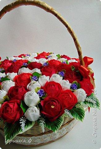 Всем доброго времени суток! Сегодня я с одной работой. Муж попросил сделать для тёти на юбилей большую корзину. Вот что у меня получилось. 65 цветов с разными конфетами.  фото 2