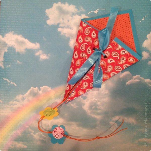 """31 мая ВОИ -Псков организовала праздничные мероприятия посвященные """"Дню защиты детей"""". Одним из них был мой мастер-класс. Ребят пришло не много, но зато с каким замечательным настроением и желанием творить!!! Час пролетел очень быстро, и каждый успел сделать свою открытку, и """"выпустить в небо своего воздушного змея"""" Открытка -базовая фигура оригами """"воздушный змей"""" фото 3"""