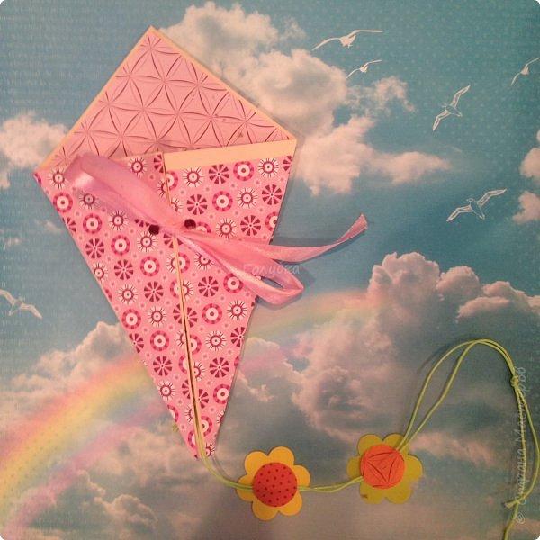 """31 мая ВОИ -Псков организовала праздничные мероприятия посвященные """"Дню защиты детей"""". Одним из них был мой мастер-класс. Ребят пришло не много, но зато с каким замечательным настроением и желанием творить!!! Час пролетел очень быстро, и каждый успел сделать свою открытку, и """"выпустить в небо своего воздушного змея"""" Открытка -базовая фигура оригами """"воздушный змей"""" фото 6"""