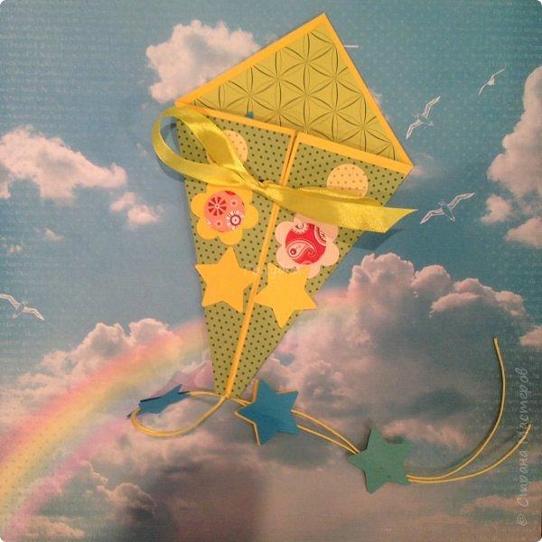 """31 мая ВОИ -Псков организовала праздничные мероприятия посвященные """"Дню защиты детей"""". Одним из них был мой мастер-класс. Ребят пришло не много, но зато с каким замечательным настроением и желанием творить!!! Час пролетел очень быстро, и каждый успел сделать свою открытку, и """"выпустить в небо своего воздушного змея"""" Открытка -базовая фигура оригами """"воздушный змей"""" фото 7"""