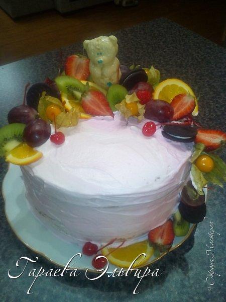В этом посте собрала, все хотела показать... На дочкин Др пекла тортик....Делали с ней мишку из белого шоколада залитого в форму....Почему Мишка на тортике... потму что мы ей подари медведя огромного)))) А этот был маленьким намеком... фото 1