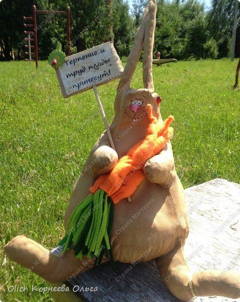Здравствуйте. Снова сшила большого толстого кофейного зайца. Шила в подарок хорошему и трудолюбивому человеку, а когда делаешь для хорошего  человека, то работа идет быстро и гладко. фото 7
