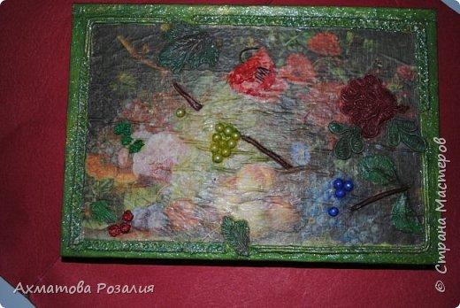 """Основа:ежедневник,обклеян """"двуниткой"""",покрыт белилами,на клей ПВА наложена рисования бумага (или декоративная для скрапбукинга) с изображением.Для декорирования использованы различные материалы фото 17"""