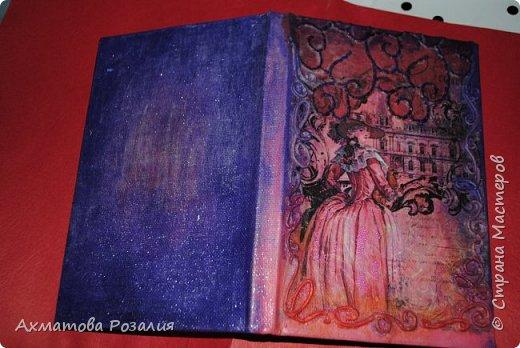 """Основа:ежедневник,обклеян """"двуниткой"""",покрыт белилами,на клей ПВА наложена рисования бумага (или декоративная для скрапбукинга) с изображением.Для декорирования использованы различные материалы фото 13"""