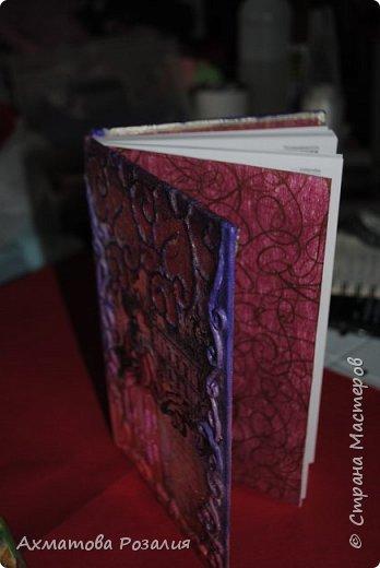 """Основа:ежедневник,обклеян """"двуниткой"""",покрыт белилами,на клей ПВА наложена рисования бумага (или декоративная для скрапбукинга) с изображением.Для декорирования использованы различные материалы фото 12"""