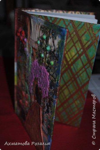 """Основа:ежедневник,обклеян """"двуниткой"""",покрыт белилами,на клей ПВА наложена рисования бумага (или декоративная для скрапбукинга) с изображением.Для декорирования использованы различные материалы фото 9"""