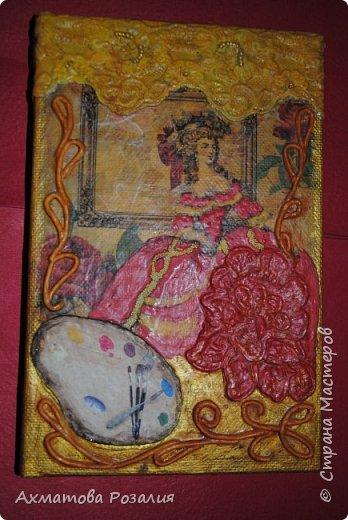 """Основа:ежедневник,обклеян """"двуниткой"""",покрыт белилами,на клей ПВА наложена рисования бумага (или декоративная для скрапбукинга) с изображением.Для декорирования использованы различные материалы фото 8"""
