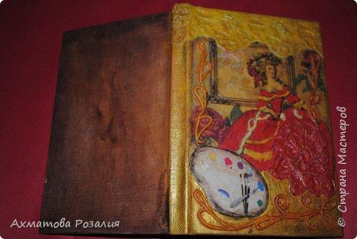 """Основа:ежедневник,обклеян """"двуниткой"""",покрыт белилами,на клей ПВА наложена рисования бумага (или декоративная для скрапбукинга) с изображением.Для декорирования использованы различные материалы фото 6"""