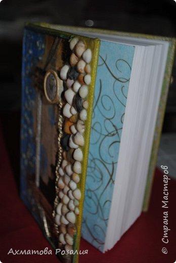 """Основа:ежедневник,обклеян """"двуниткой"""",покрыт белилами,на клей ПВА наложена рисования бумага (или декоративная для скрапбукинга) с изображением.Для декорирования использованы различные материалы фото 4"""