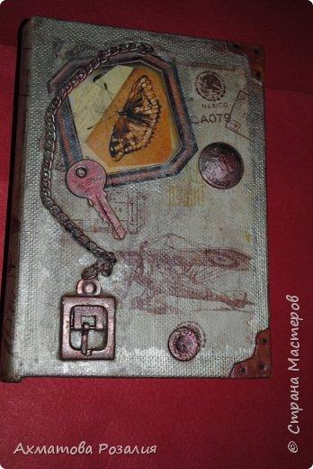 """Основа:ежедневник,обклеян """"двуниткой"""",покрыт белилами,на клей ПВА наложена рисования бумага (или декоративная для скрапбукинга) с изображением.Для декорирования использованы различные материалы фото 3"""