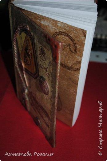 """Основа:ежедневник,обклеян """"двуниткой"""",покрыт белилами,на клей ПВА наложена рисования бумага (или декоративная для скрапбукинга) с изображением.Для декорирования использованы различные материалы фото 1"""