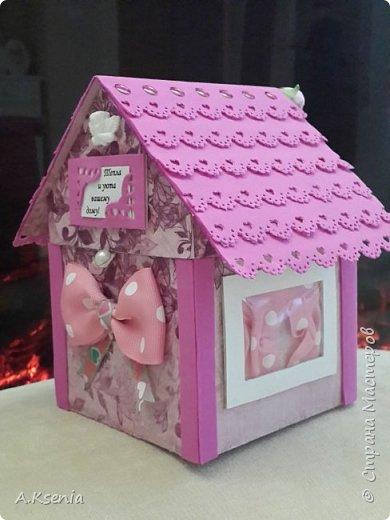 Вот такой домик у меня получился в подарок для друзей на такое прекрасное и долгожданное событие, как новоселье! На передней стенке расположились табличка ''Тепла и уюта вашему дому!'', бантик и петелька, за которую и будет открываться наша кообочка. фото 1