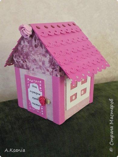 Вот такой домик у меня получился в подарок для друзей на такое прекрасное и долгожданное событие, как новоселье! На передней стенке расположились табличка ''Тепла и уюта вашему дому!'', бантик и петелька, за которую и будет открываться наша кообочка. фото 2