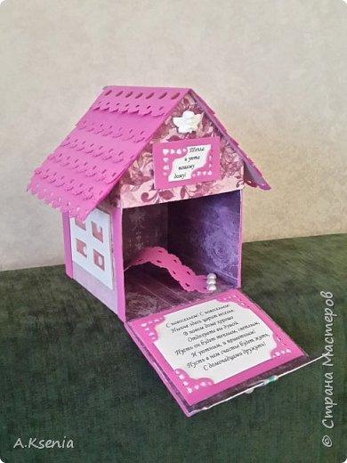 Вот такой домик у меня получился в подарок для друзей на такое прекрасное и долгожданное событие, как новоселье! На передней стенке расположились табличка ''Тепла и уюта вашему дому!'', бантик и петелька, за которую и будет открываться наша кообочка. фото 3