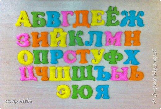 В День Защиты Детей хочу предложить вам позаботится о ваших малышах, помочь им в обучении чтению и просто сделать красивую работу. Давайте сошьем магнитный фетровый алфавит. Детки будут развивать моторику, учить буквы и составлять слова. Для изготовления алфавита нам потребуется:  1)      5 листов фетра размером 30х30 (или 6 формата А4). Лучше взять разный цветов, тогда алфавит будет интереснее, и ребенок более охотно будет играть с ним.  2)      Нитки в цвет фетра  3)      Неодимовые магниты (гибкие магниты не подойдут совсем, ферритовые магниты тоже слабоваты. Я использовала их, но пришлось использовать по 3-5 штук на 1 букву, чтобы они держались на холодильнике) по 1-2 шт на букву.  4)      Холлофайбер или другой наполнитель (у меня ушло в пределах 50 грамм).  5)      Плоттер ScanNCut (если такового нет, то ножницы)     Приступим? фото 1