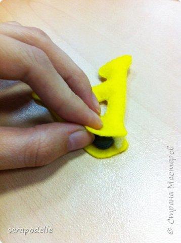 В День Защиты Детей хочу предложить вам позаботится о ваших малышах, помочь им в обучении чтению и просто сделать красивую работу. Давайте сошьем магнитный фетровый алфавит. Детки будут развивать моторику, учить буквы и составлять слова. Для изготовления алфавита нам потребуется:  1)      5 листов фетра размером 30х30 (или 6 формата А4). Лучше взять разный цветов, тогда алфавит будет интереснее, и ребенок более охотно будет играть с ним.  2)      Нитки в цвет фетра  3)      Неодимовые магниты (гибкие магниты не подойдут совсем, ферритовые магниты тоже слабоваты. Я использовала их, но пришлось использовать по 3-5 штук на 1 букву, чтобы они держались на холодильнике) по 1-2 шт на букву.  4)      Холлофайбер или другой наполнитель (у меня ушло в пределах 50 грамм).  5)      Плоттер ScanNCut (если такового нет, то ножницы)     Приступим? фото 15