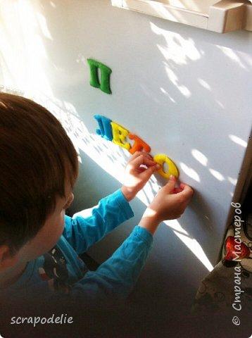 В День Защиты Детей хочу предложить вам позаботится о ваших малышах, помочь им в обучении чтению и просто сделать красивую работу. Давайте сошьем магнитный фетровый алфавит. Детки будут развивать моторику, учить буквы и составлять слова. Для изготовления алфавита нам потребуется:  1)      5 листов фетра размером 30х30 (или 6 формата А4). Лучше взять разный цветов, тогда алфавит будет интереснее, и ребенок более охотно будет играть с ним.  2)      Нитки в цвет фетра  3)      Неодимовые магниты (гибкие магниты не подойдут совсем, ферритовые магниты тоже слабоваты. Я использовала их, но пришлось использовать по 3-5 штук на 1 букву, чтобы они держались на холодильнике) по 1-2 шт на букву.  4)      Холлофайбер или другой наполнитель (у меня ушло в пределах 50 грамм).  5)      Плоттер ScanNCut (если такового нет, то ножницы)     Приступим? фото 18