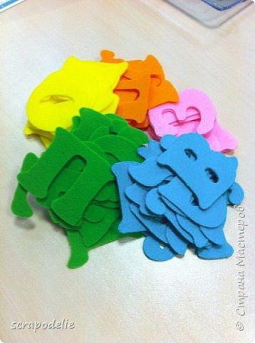 В День Защиты Детей хочу предложить вам позаботится о ваших малышах, помочь им в обучении чтению и просто сделать красивую работу. Давайте сошьем магнитный фетровый алфавит. Детки будут развивать моторику, учить буквы и составлять слова. Для изготовления алфавита нам потребуется:  1)      5 листов фетра размером 30х30 (или 6 формата А4). Лучше взять разный цветов, тогда алфавит будет интереснее, и ребенок более охотно будет играть с ним.  2)      Нитки в цвет фетра  3)      Неодимовые магниты (гибкие магниты не подойдут совсем, ферритовые магниты тоже слабоваты. Я использовала их, но пришлось использовать по 3-5 штук на 1 букву, чтобы они держались на холодильнике) по 1-2 шт на букву.  4)      Холлофайбер или другой наполнитель (у меня ушло в пределах 50 грамм).  5)      Плоттер ScanNCut (если такового нет, то ножницы)     Приступим? фото 8