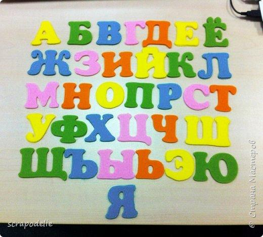 В День Защиты Детей хочу предложить вам позаботится о ваших малышах, помочь им в обучении чтению и просто сделать красивую работу. Давайте сошьем магнитный фетровый алфавит. Детки будут развивать моторику, учить буквы и составлять слова. Для изготовления алфавита нам потребуется:  1)      5 листов фетра размером 30х30 (или 6 формата А4). Лучше взять разный цветов, тогда алфавит будет интереснее, и ребенок более охотно будет играть с ним.  2)      Нитки в цвет фетра  3)      Неодимовые магниты (гибкие магниты не подойдут совсем, ферритовые магниты тоже слабоваты. Я использовала их, но пришлось использовать по 3-5 штук на 1 букву, чтобы они держались на холодильнике) по 1-2 шт на букву.  4)      Холлофайбер или другой наполнитель (у меня ушло в пределах 50 грамм).  5)      Плоттер ScanNCut (если такового нет, то ножницы)     Приступим? фото 9