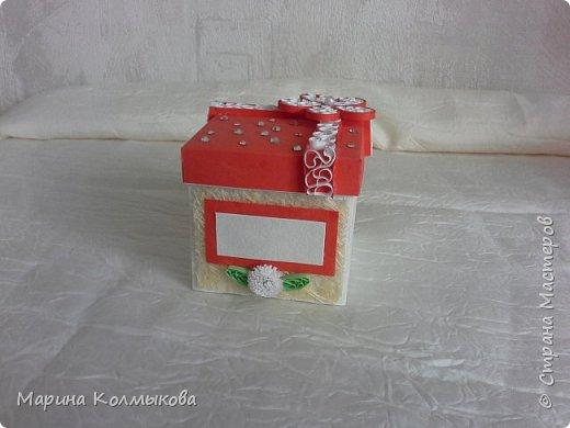 Небольшая коробочка 7х7х7. Основа выполнена из акварельной бумаги. Так же использовались: цветная бумага, полоски бумаги для квиллинга, листовая сизаль, стразы и бумага для скрапбукинга (для внутренней отделки). фото 1