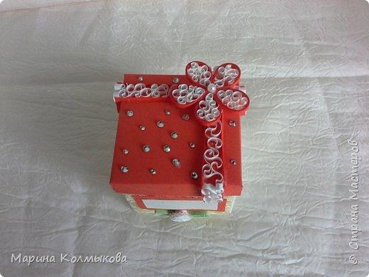Небольшая коробочка 7х7х7. Основа выполнена из акварельной бумаги. Так же использовались: цветная бумага, полоски бумаги для квиллинга, листовая сизаль, стразы и бумага для скрапбукинга (для внутренней отделки). фото 2