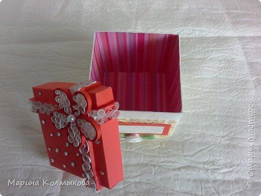 Небольшая коробочка 7х7х7. Основа выполнена из акварельной бумаги. Так же использовались: цветная бумага, полоски бумаги для квиллинга, листовая сизаль, стразы и бумага для скрапбукинга (для внутренней отделки). фото 3