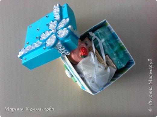 Небольшая коробочка 7х7х7. Основа выполнена из акварельной бумаги. Так же использовались: цветная бумага, полоски бумаги для квиллинга, листовая сизаль, стразы и бумага для скрапбукинга (для внутренней отделки). фото 5