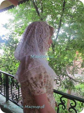 Чем хороши подобные платки? 1) они не спадают с головы даже при поклонах, 2) закрывают плечи, что немаловажно летом, когда хочется одеть сарафан, но из-за открытых плеч приходится от него отказываться 3) очень красивы и эффектны! Особенно на венчании невеста будет невероятно хороша в таком платке Шьется такой платок из гипюра, фистонного кружевного полотна, просто из шелка и обшивается соответствующим кружевом. Расход: при ширине гипюра 140-150см из 110-120см у вас выйдет 2 платка; кружево на данный размер 3-3.5 метра (на 1 платок); 1.5- 1.6 метра косой бейки в тон; 1.5 м тонкой атласной ленточки; 2 концевика (или 2 бусинки) Данный платок шился для взрослого человека, но моделью работает моя 5и летняя дочь))), хотя на взрослом платок смотрится, практически, так же красиво фото 13