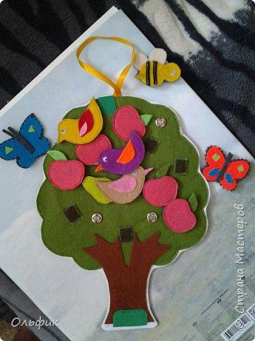 Деревце из фетра, между слоями пластик для горячего подставка, или просто такая салфетка)). Все элементы съемные. Птички, бабочки, яблоки, груши и одна пчелка!)) Размер 30 см. фото 2