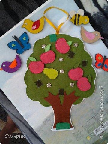 Деревце из фетра, между слоями пластик для горячего подставка, или просто такая салфетка)). Все элементы съемные. Птички, бабочки, яблоки, груши и одна пчелка!)) Размер 30 см. фото 3