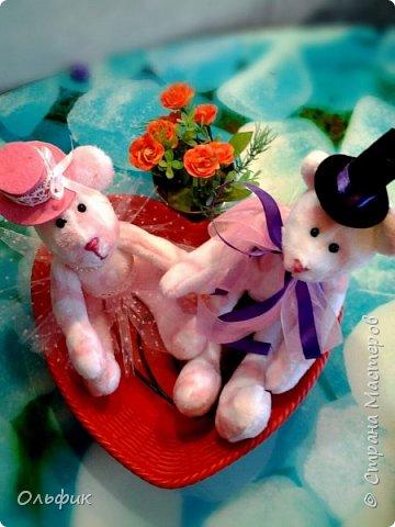 Вот такая парочка влюбленных мишек! Они получились очень мягкие и приятные на-ощупь. А сшиты из салфетки , продаются в Фикс прайсе, для уборки))). Ну кто ж такими убирается?!))) фото 3