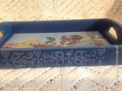 Получился такой весёленький подносик , делала в подарок  ! заготовка покупная , салфетка , на боковины нанесла текстурную пасту через трафарет , много лака  фото 4