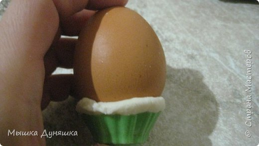 Здравствуйте, уважаемые жители Страны мастеров! Сегодня я хочу вам представить свой новый мастер-класс по изготовлению сувенирного яйца с ангелочком и голубками. Изделие сделано вручную из различных материалов: полимерной глины, соленого теста, ткани и т.д.     фото 9