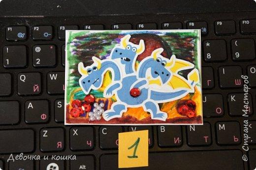 """Здравствуйте.  Я сделала эти АТСки """"Драконы"""". Вот они все. Фон я нарисовала фломастерами. Бусинки я приклеила клеевой ручкой, это как пистолет только помельче.  фото 2"""
