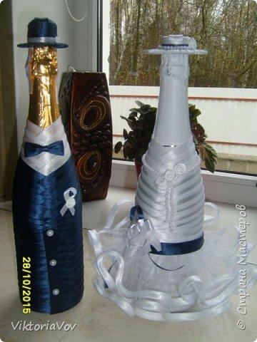 Привет всем, кто сейчас бодрствует! Хочу показать вам свои следующие работы.  Это чехлы на свадебные бутылочки в темно-синем цвете как заказала невеста, чтобы еще было сходство с ее платьем и костюмом жениха. Невесте очень понравилось. фото 1